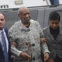 Violenza sessuale, Bill Cosby incriminato: l'arrivo in tribunale