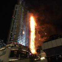 Dubai, a fuoco un grattacielo nel centro della città