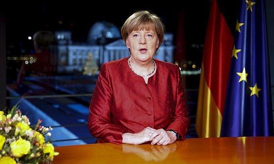 """Merkel ai tedeschi: """"Migranti sono un'opportunità"""". Hollande: """"Non abbiamo finito con il terrorismo"""""""