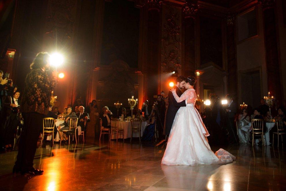 La star della lirica Anna Netrebko sposa il tenore: le nozze sono un capolavoro