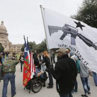 Texas, festa in piazza con le armi bene in vista