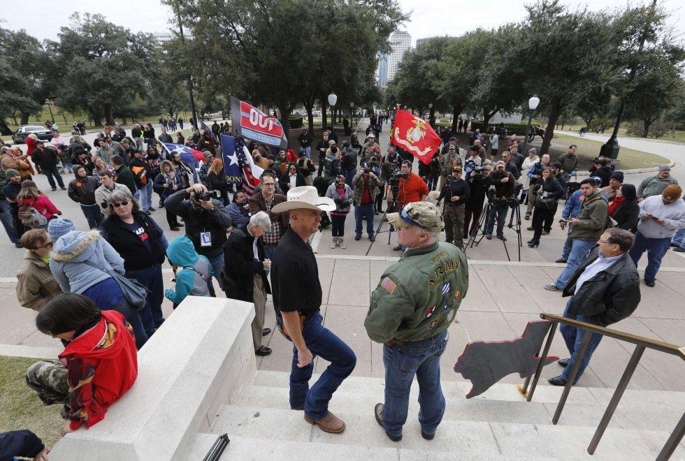 Texas festa in piazza con le armi bene in vista for La strada motors houston tx