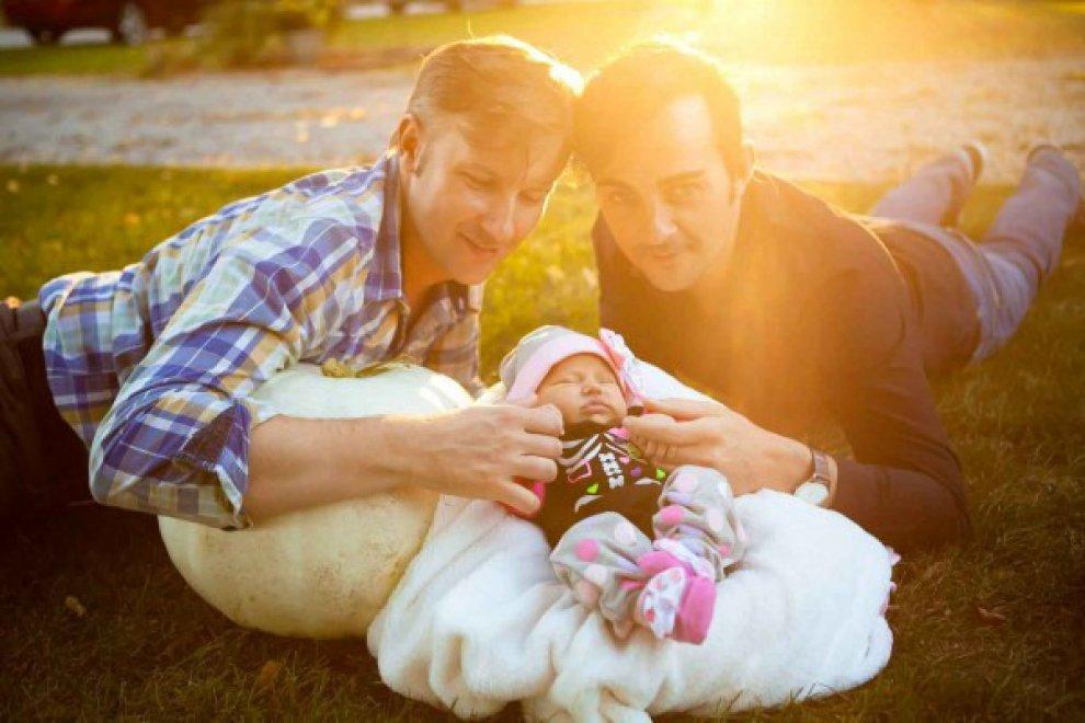 """""""Papá, Papi y Yo"""", il libro per bambini sulla maternità surrogata diventa un caso"""