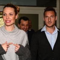 Roma, Ilary manda in pensione Totti: