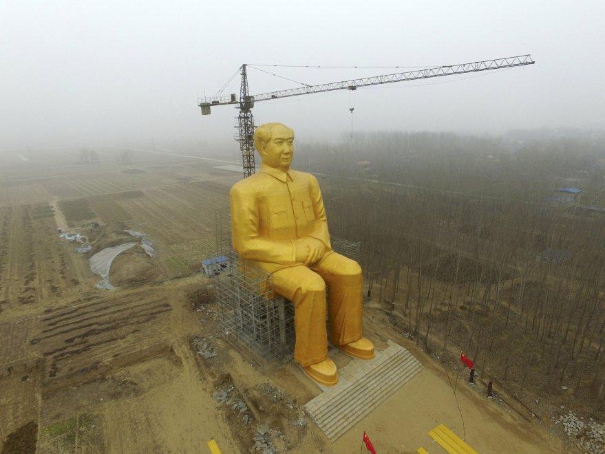 Cina, statua gigante d'oro: l'omaggio a Mao a 120 anni dalla nascita