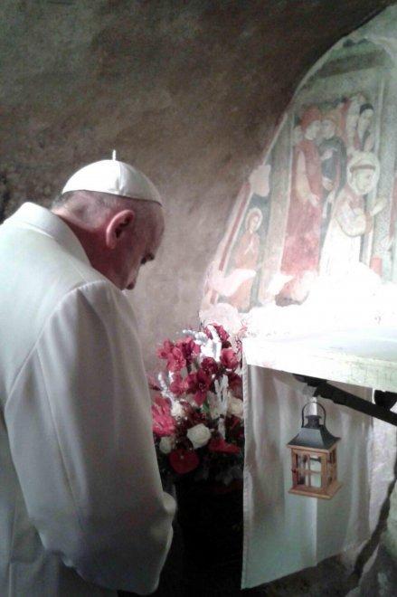 Rieti, la visita a sorpresa di papa Francesco: l'arrivo con la sua macchina