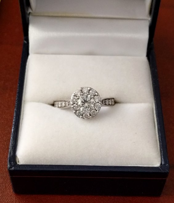 Uomo misterioso regala anello diamanti dell'ex: ''Lo darò a chi è felice''