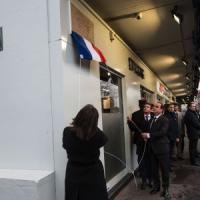 Hollande svela targa per ricordare strage Charlie Hebdo. Valls: