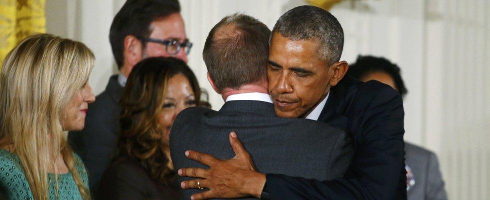 """Obama in lacrime: """"Troppe sparatorie, nostri bimbi da proteggere"""". E annuncia nuove misure"""