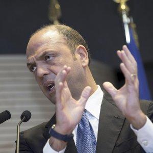 """Unioni civili, Alfano al Pd: """"Attenti, c'è rischio slavina"""""""