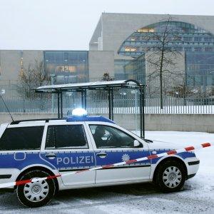 """Germania: isolato l'ufficio di Angela Merkel per un pacco sospetto, polizia: """"nel plico non c'era nulla"""""""
