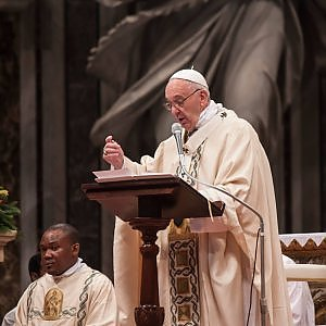 """Papa: """"La Chiesa non si illuda di brillare di luce propria"""""""