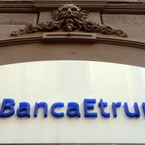 Perugia, bomba rudimentale  in una busta davanti filiale Banca Etruria