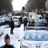 Parigi, uomo ucciso vicino a un commissariato. Aveva emblema dell'Is e cintura esplosiva finta