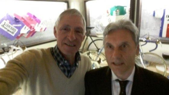 Ciclismo, Moser vs Saronni: il selfie della 'pace' all'insegna del vino