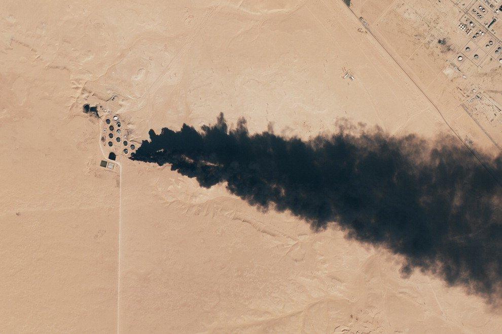Libia, l'Is attacca serbatoi di petrolio: colonne di fumo visibili dallo spazio