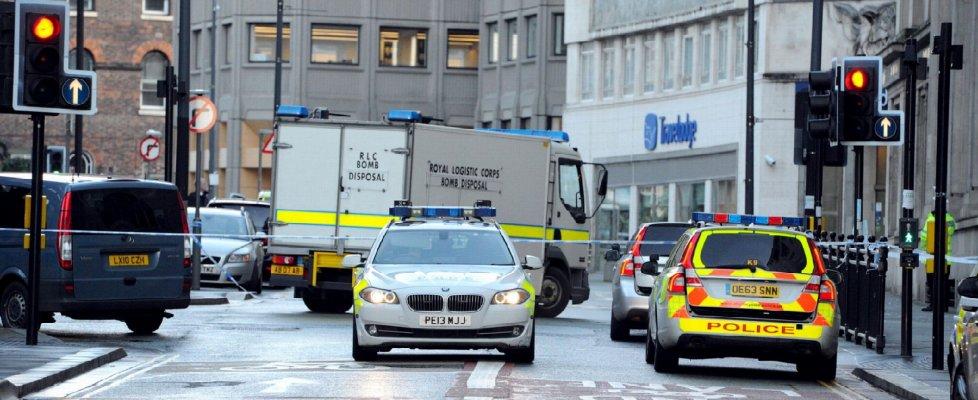Paura a Liverpool, uomo si barrica in edificio sostenendo di avere una bomba: arrestato