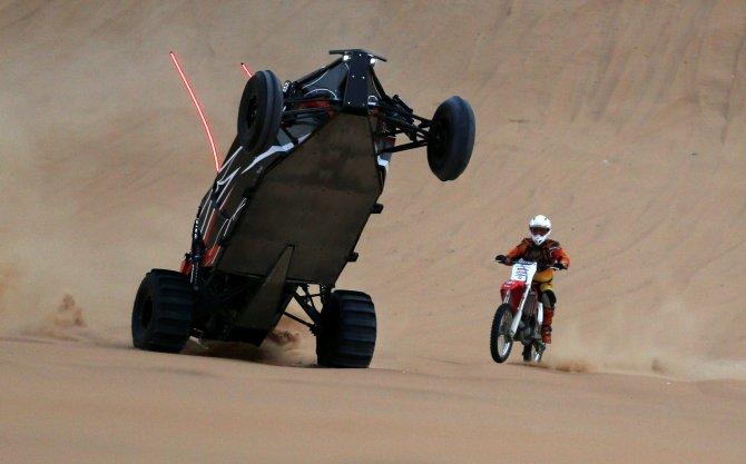 Dakar, le auto impennano come moto