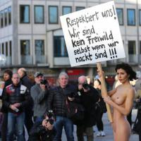Colonia, artista nuda davanti al Duomo:
