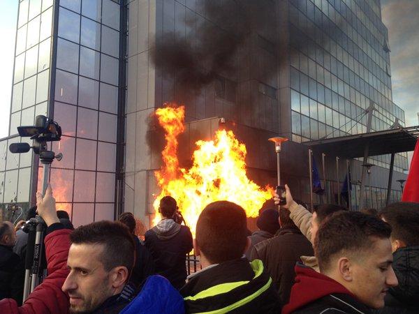 Kosovo, oppositori danno fuoco al palazzo del governo