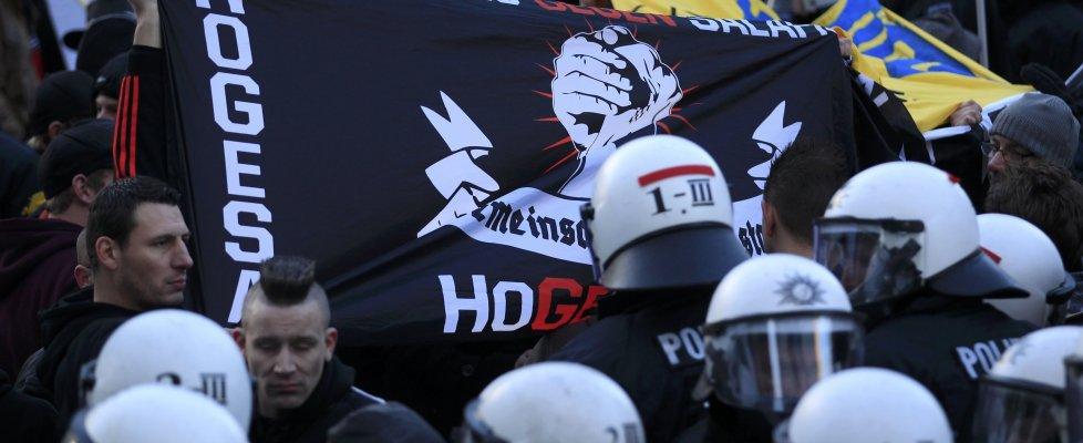 """Colonia: scontri tra polizia e manifestanti. Merkel: """"No diritto asilo se commessi reati"""""""