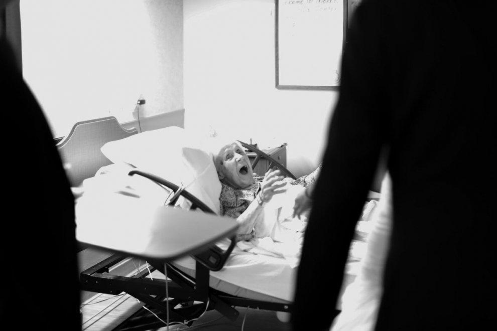 Dopo il matrimonio, di corsa in ospedale: la nonna pazza di gioia per la sorpresa