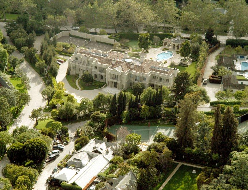 Addio alla villa delle 'conigliette': Hefner vende la Playboy Mansion