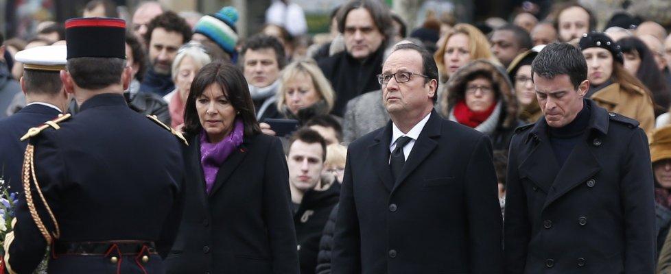 Stragi Parigi, il giorno del ricordo. Halliday canta per le vittime. Indagini: l'attentatore ucciso al commissariato era profugo in Germania