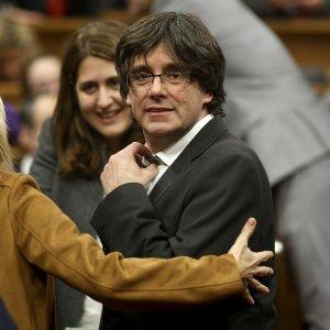 """Catalogna, Puigdemont eletto presidente: """"Avanti per l'indipendenza entro il 2017"""""""