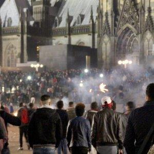 """Colonia,  caccia all'immigrato: 7 feriti. Merkel: """"Nulla giustifica ostilità contro musulmani"""""""