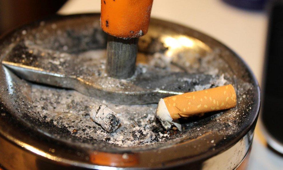 Bere fermato e fumo di dolori di ritiro