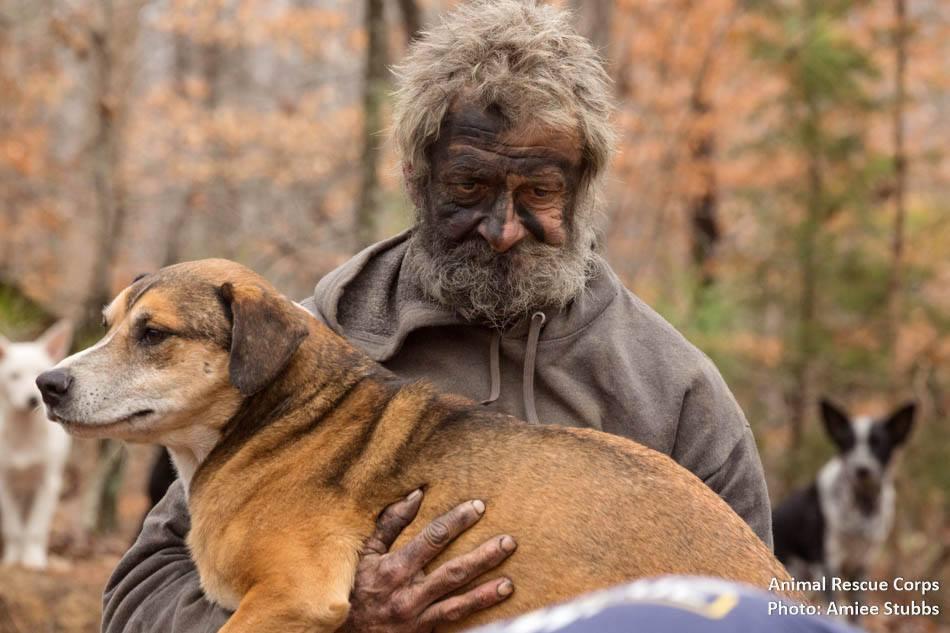 """L'appello del senzatetto: """"Curate i miei cani, poi pensate a me"""""""
