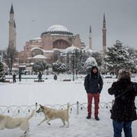 Turisti e pupazzi di neve, piazza Sultanahmet a Capodanno 2016