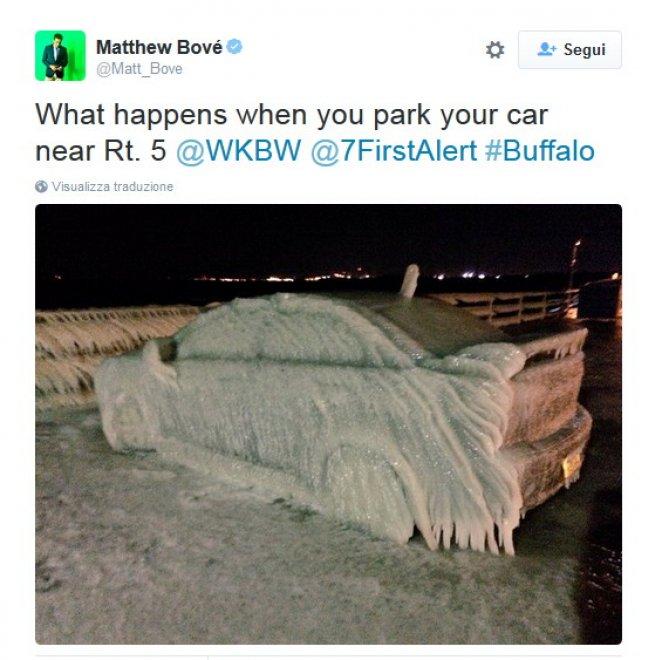 Buffalo, temperature sottozero: la macchina è un blocco di ghiaccio