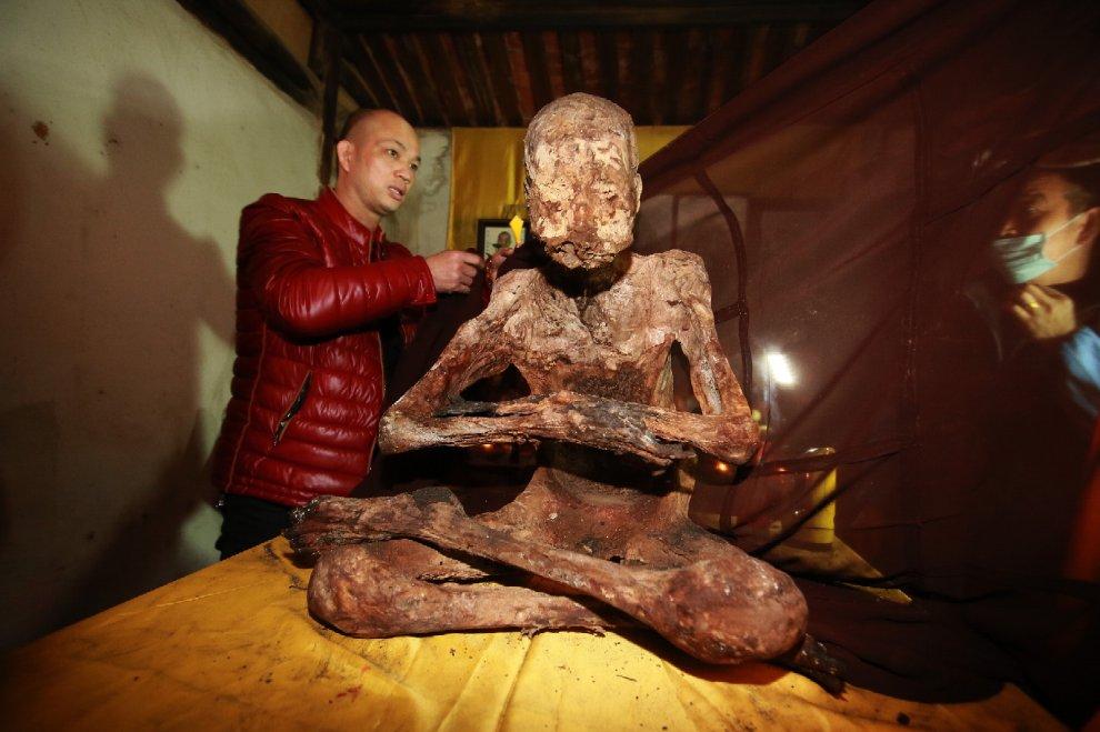 Cina, mostrato ai fedeli i il corpo mummificato del monaco