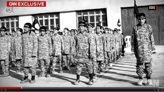 """Is, un 12enne soldato fuggito racconta: """"Arruolati bambini-kamikaze di 5 anni"""""""