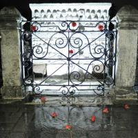 Turchia, attentato Istanbul: garofani rossi sul luogo dell'attentato