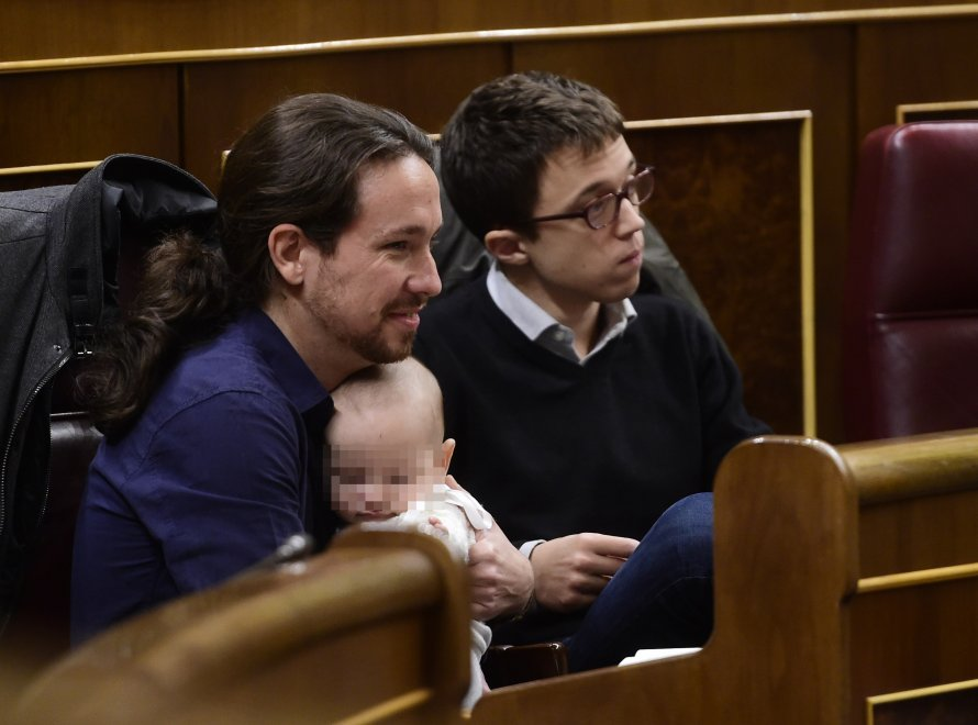 Spagna, leader Podemos con bebè in braccio in Parlamento