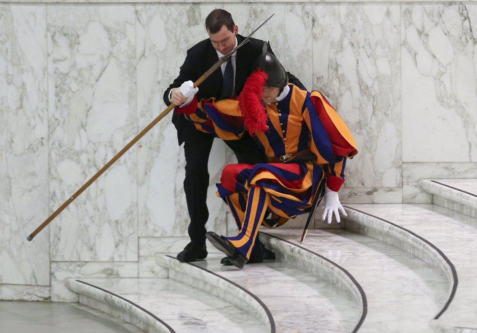 Vaticano, guardia svizzera cade durante l'udienza del Papa