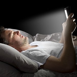 Smartphone a letto per dormire bene apple introduce night shift - Letto venezia per dormire ...