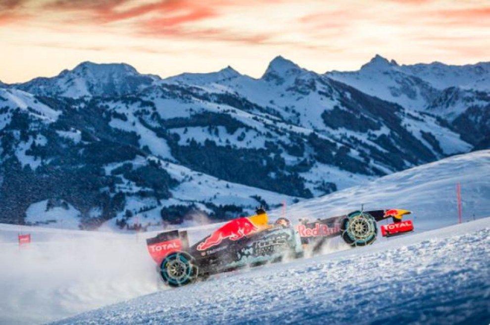 F1, l'impresa della Red Bull: scende sulle nevi di Kitzbühel