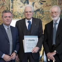 Ezio Mauro ed Eugenio Scalfari consegnano la prima copia di Repubblica al Presidente Mattarella
