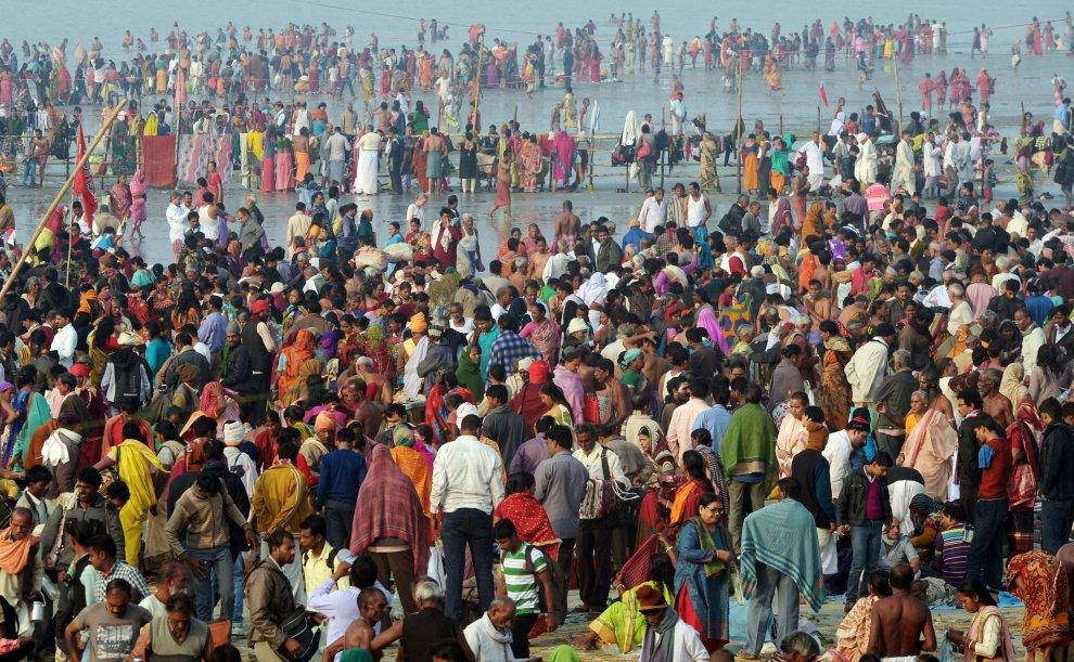 Un milione e mezzo di pellegrini nel fiume Gange per il rito sacro induista