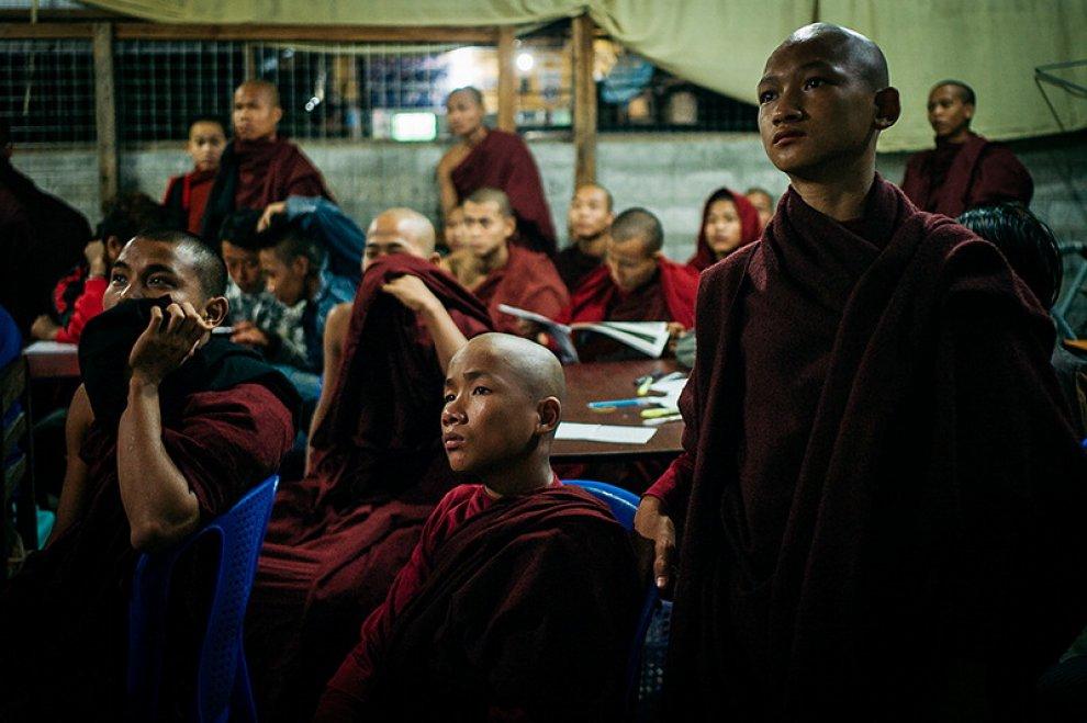 Birmania, monaci buddisti sono tifosi: guardano al bar il Manchester Utd