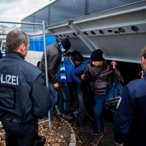 """Austria, il cancelliere annuncia: """"Sospendiamo Schengen"""""""