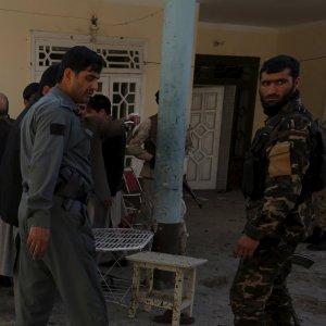 Afghanistan, razzo vicino all'ambasciata Italia a Kabul. Attacco suicida a Est: almeno 14 morti
