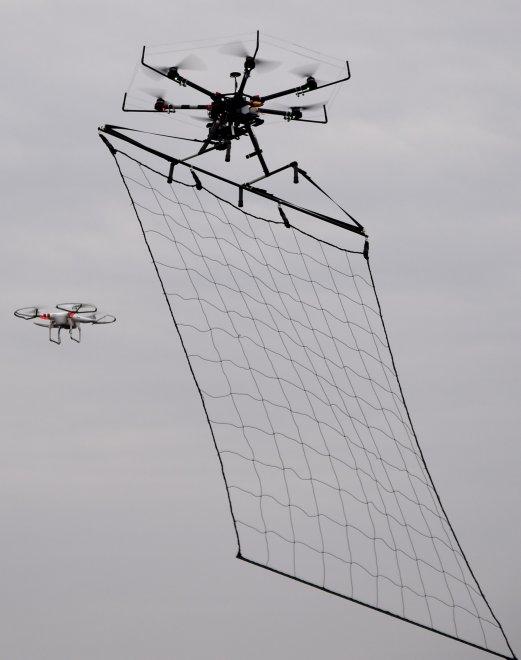 """Tokyo, un drone """"pescatore"""" per catturare i droni terroristi"""