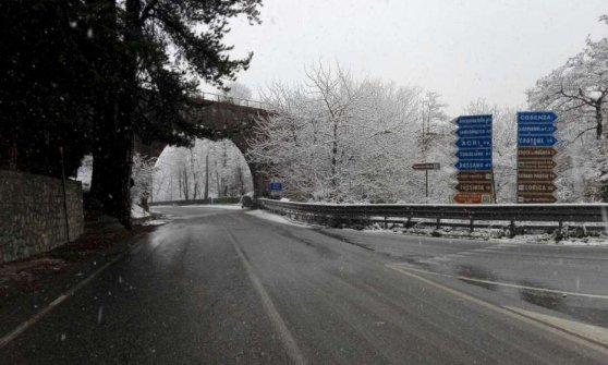 Maltempo, gelo siberiano e vento. Neve sullo Stromboli, Eolie isolate e scuole chiuse