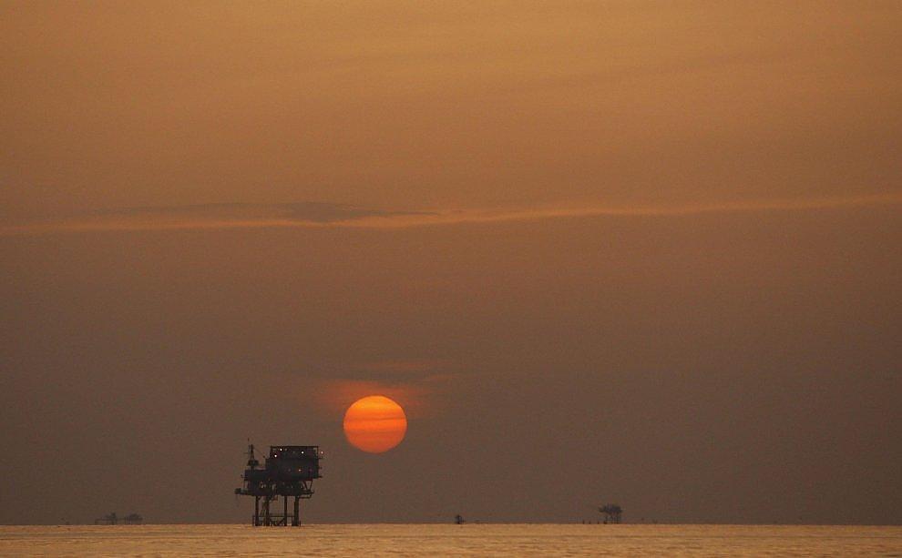 L'Iran torna sul mercato e manda il petrolio ai minimi da 12 anni. Speculatori in azione: record di scommesse sui ribassi