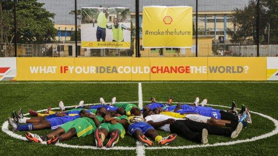 Il campo di calcio nigeriano che illumina una città.